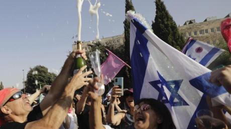 Israelische Demonstranten feiern in Jerusalem das Ende der Amtszeit von Premier Netanjahu.