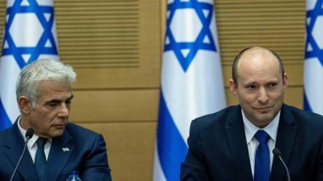 Naftali Bennett (r) und Jair Lapid während der ersten Kabinettssitzung der neuen Regierung.