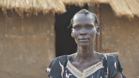 Nyakoang Rial vor ihrer kleinen Hütte in einem Lager, dessen Name und Ort geheim bleiben müssen. Die Rächer aus ihrem Heimatdorf könnten schließlich auch dort auftauchen.