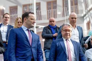 Als Gesundheitsexperte der Unionsfraktion hatte Georg Nüßlein (rechts) einen direkten Draht ins Bundesgesundheitsministerium von Jens Spahn (links). Schlug der Abgeordnete daraus persönlich Kapital?