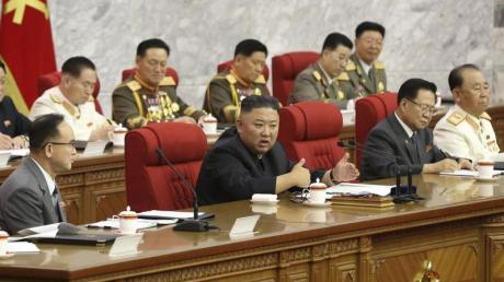 Der nordkoreanische Machthaber Kim Jong Un (M) während einer Versammlung der Arbeiterpartei.