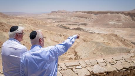 Bundespräsident Frank-Walter Steinmeier (links) und Israels Präsident Reuven Rivlin in der Negev-Wüste, wo sie auch das Grab von Staatsgründer David Ben-Gurion besuchten.