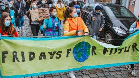 """Jugendliche bei einer """"Fridays for Future""""- Demo in Landsberg im Herbst vergangenen Jahres: Das Klima ist laut einer Umfrage das wichtigste Thema für junge Wähler bei der Bundestagswahl im September."""
