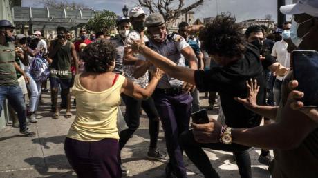 Die Polizei verhaftet regierungskritische Demonstrantinnen und Demonstranten während einer Demonstration in Havanna, Kuba.