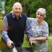 Hugo und Ingrid Seefelder im Garten eines Augsburger Pflegeheims. Es ist ihr gemeinsamer Lieblingsort. Sie freuen sich, zusammen sein zu können – auch wenn es nicht mehr in der eigenen Wohnung ist.