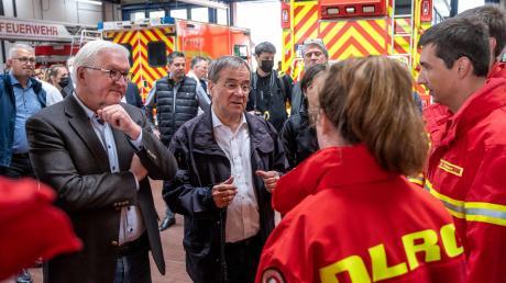 Bundespräsident Frank-Walter Steinmeier und Ministerpräsident Armin Laschet sprechen beim Ortsbesuch in Erftstadt mit Einsatzkräften der Deutschen Lebens-Rettungs-Gesellschaft (DLRG).