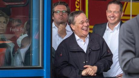 Armin Laschet lacht in Erftstadt, während Bundespräsident Steinmeier (nicht im Bild) ein Pressestatement gibt.