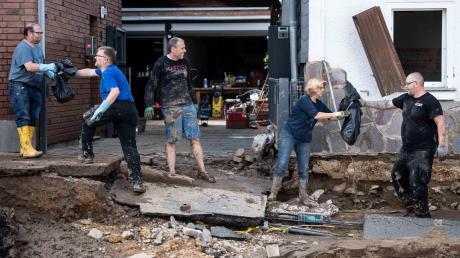 In Bad Münstereifel helfen die Menschen zusammen, um ihre Stadt von Trümmern zu befreien.