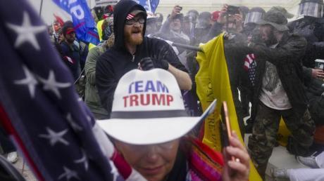 Am 6. Januar 2021 versuchen Trump-Anhänger, am Kapitol durch eine Polizeiabsperrung zu brechen.