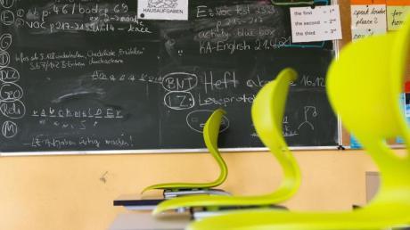 Stühle auf Tischen in einem leeren Klassenzimmer einer Realschule.