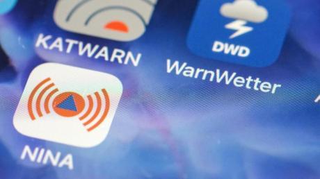 Verschiedene Apps warnen im Notfall - auch per SMS sind Informationen verfügbar.