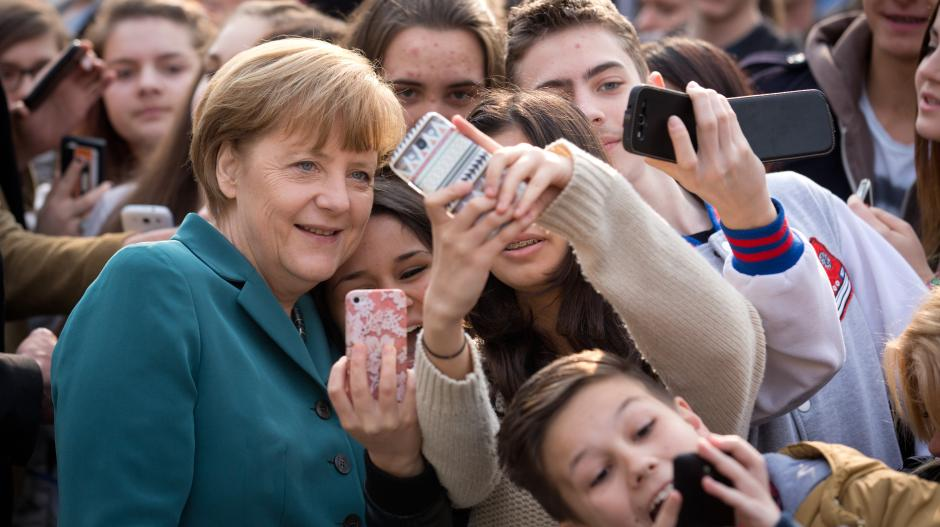 Selbstporträt mit der Kanzlerin: Angela Merkel prägte eine ganze Generation junger Menschen.