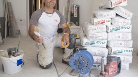 Der aus Afghanistan geflohene Najibullah Alizadah arbeitet auf einer Baustelle auf dem Gelände der Universität. Der aus der Nähe von Kabul stammende Mann absolvierte eine Maler-Ausbildung bei einem mittelständischen deutschen Betrieb.