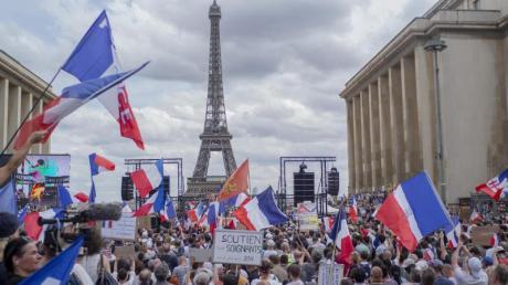 Demonstranten nehmen in Paris auf der «Droits de l'homme»-Esplanade am Trocadero-Platz an einem Protest gegen die Impfpflicht für bestimmte Arbeitszweige und den von der Regierung geforderten obligatorischen Impfass teil.