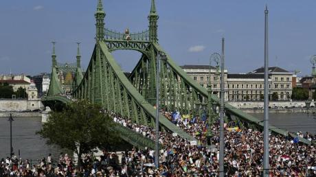 Menschen gehen bei der Gay Pride Paradein Budapest über die Freiheitsbrücke.