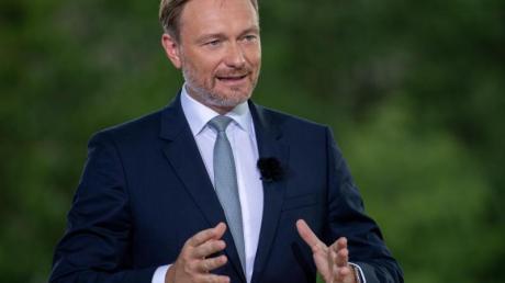 Christian Lindner, Parteivorsitzender der FDP, spricht beim ARD-Sommerinterview auf der Terrasse des Marie-Elisabeth-Lüders-Hauses.
