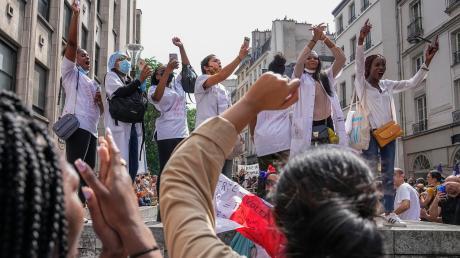 Bei landesweiten Demonstrationen protestierten auch diese Krankenschwestern gegen die Impfpflicht fürs Pflegepersonal.