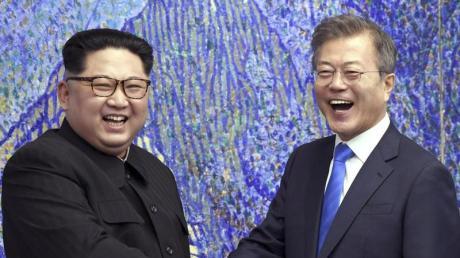 Nordkoreas Machthaber Kim Jong Un (l) und Südkoreas Präsident Moon Jae In bei einem Treffen im April 2018.