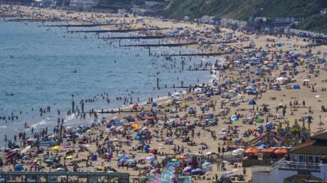 Voller Strand in Bournemouth. Fast alle Corona-Beschränkungen einschließlich Social-Distancing-Regelungen und das Tragen von Mund-Nasen-Schutz sind in England aufgehoben.