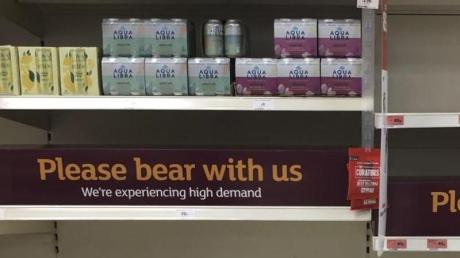 Die hohe Zahl an Menschen incoronabedingter Quarantäne stellt Großbritannien vor neue Herausforderungen. Mehrere Supermärkte haben Probleme, ihre Regale zu befüllen.
