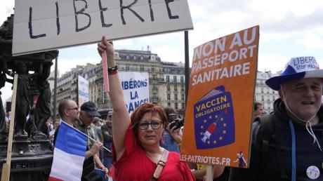 Demonstranten ohne Mund-Nasen-Schutz bei einer Protestaktion in der französischen Hauptstadt.