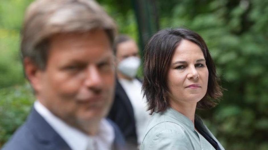 """Annalena Baerbock und Robert Habeck stellen das """"Klimaschutz-Sofortprogramm"""" vor."""