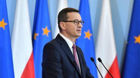 Spricht vor dem Banner seines Landes, aber auch vor der Europa-Flagge: Der polnische Ministerpräsident Mateusz Morawiecki.