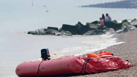 Ein Boot, von dem man annimmt, dass es für die Überfahrt von Migranten benutzt wurde, liegt am Strand von Walmer (Archivbild).