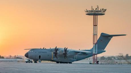Ein Airbus A400M der deutschen Luftwaffe steht auf dem Flughafen von Taschkent.