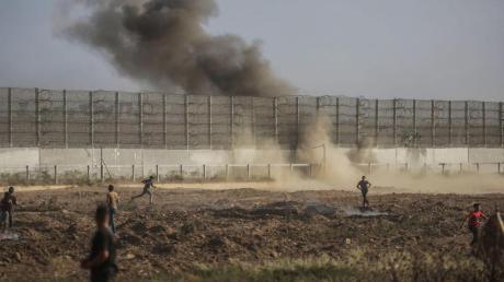 Palästinensische Demonstranten stoßen am Grenzzaun zu Israel mit israelischen Sicherheitskräften zusammen.