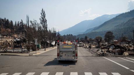 Dies ist das Dorf Lytton in Kanada. Vielmehr: Dies war das Dorf Lytton. Ein Feuerwehr-Fahrzeug fährt durch die Hauptstraße des niedergebrannten Ortes.