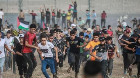 Palästinensische Demonstranten stoßen mit israelischen Sicherheitskräften zusammen.