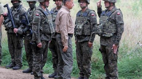 Polens Verteidigungsminister Mariusz Blaszczak (3.v.r) bei einem Besuch an der polnisch-belarussichen Grenze.