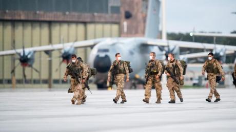 Soldaten steigen aus den Transportflugzeugen der Bundeswehr auf dem niedersächsischen Stützpunkt Wunstorf.