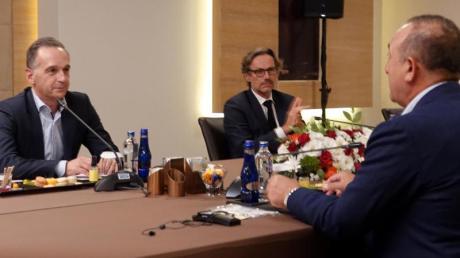 Bundesaußenminister Heiko Maas (l) im Gespräch mit seinem türkischen Amtskollegen Mevlüt Cavusoglu in Antalya.