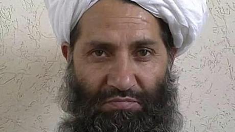 Auf diesem 2016 veröffentlichten Foto posiert der Führer der Taliban, Haibatullah Achundsada, für ein Porträt. Er soll wieder in Afghanistan sein.