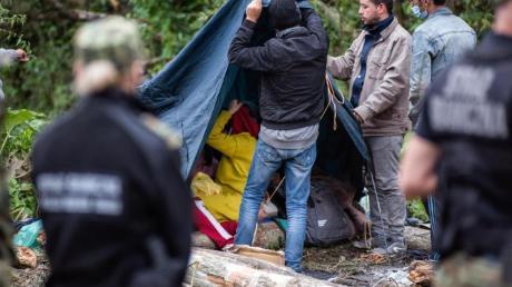 Afghanische Flüchtlinge bauen in einem behelfsmäßigen Lager an der Grenze zwischen Polen und Belarus Zelte auf.