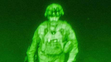 Generalmajor Chris Donahue, Kommandeur der 82. Luftlandedivision der US-Armee, XVIII. Luftlandekorps, verlässt als letzter US-Soldat afghanischen Boden (Aufnahme durch Nachtsichtgerät).