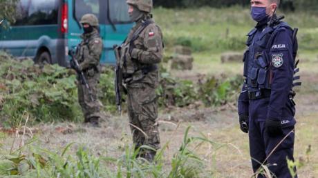 Ein polnischer Polizist und Grenzschutzbeamte an der polnisch-belarussischen Grenze.