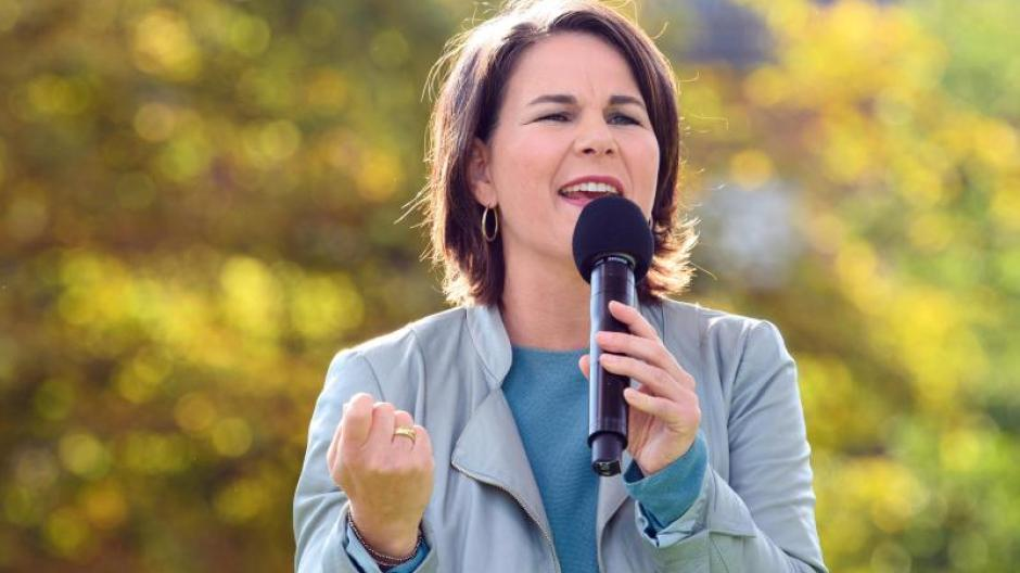 """Parteichefin Annalena Baerbock gibt ihre Hoffnungen auf ein grünes """"Kanzlerinnenamt"""" nicht auf: """"Wir sind jetzt in der zweiten Halbzeit kurz vor Abpfiff und nach wie vor ist alles drin. Genau dafür geben wir jetzt alles."""""""