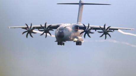 Ein Transportflugzeug A400M, mit dem die Bundeswehr Menschen vom Flughafen in Kabul evakuierte.