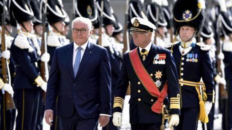 Bundespräsident Frank-Walter Steinmeier (l.) und König Carl XVI. Gustaf von Schweden während der Begrüßungszeremonie.