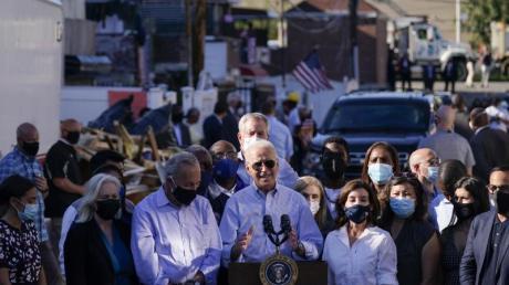 US-Präsident Biden (M) hält bei seinem Besuch im betroffenen New Yorker Stadtteil Queens eine Rede.