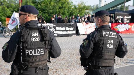Polizisten stehen vor Beginn des Prozesses vor dem Oberlandesgericht Dresden Demonstranten gegenüber, die sich mit den Angeklagten solidarisieren.