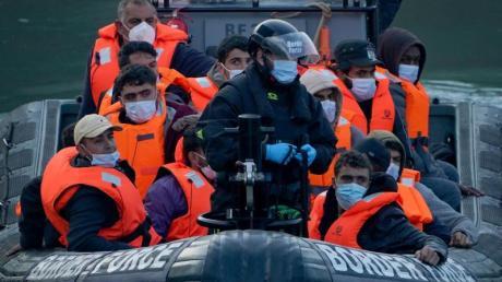 Nach einem Zwischenfall im Ärmelkanal bringen Grenzschutzbeamte Migranten in den Hafen von Dover.