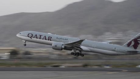 Ein Flugzeug der Fluggesellschaft Qatar Airways hebt am Flughafen in Kabul ab.