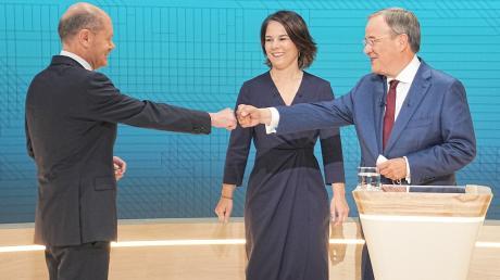 Die Angriffe von Unionskandidat Laschet (rechts) ließ SPD-Kandidat Scholz an sich abprallen. Die grüne Kanzlerkandidatin Baerbock stand minutenlang schweigend zwischen den Streithähnen.