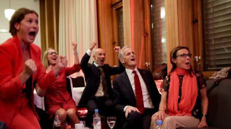 Jonas Gahr Støre (2.v.r), Vorsitzender der sozialdemokratischen Arbeiterpartei, jubelt mit Parteifreunden nach der Auszählung der Wahlergebnisse.