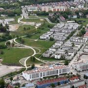 Viele Kommunen stehen vor großen Strukturveränderungen und brauchen dafür viel Geld. Dieses Foto zeigt den Westen von Augsburg: Wo früher Panzer fuhren, wird heute gewohnt oder im Reese-Park gespielt.