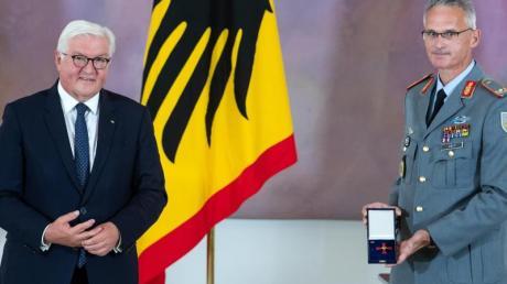Brigadegeneral Jens Arlt (r) und Bundespräsident Frank-Walter Steinmeier.